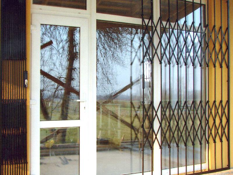 Раздвижные двери-решетки: преимущества конструкций, сферы пр.